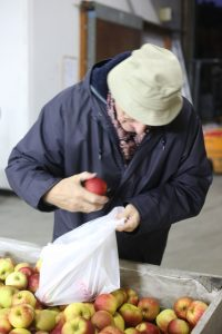 klaarmaken van de pakketten voor de appelverkoop